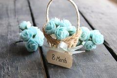 8 de marzo Aún vida rústica, rosas y etiqueta Imagen de archivo