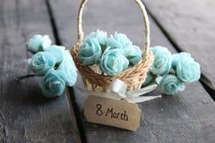 8 de marzo Aún vida rústica, rosas y etiqueta Fotografía de archivo libre de regalías