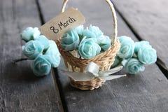 8 de marzo Aún vida rústica, rosas y etiqueta Imagenes de archivo