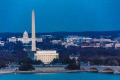 26 DE MARZO DE 2018 - ARLINGTON, VA - LAVADO D C - Vista aérea de Washington D C del top de la ciudad Noche, ciudad fotografía de archivo