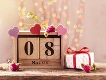 8 de marzo, calendario de madera, día feliz del ` s de las mujeres imagen de archivo