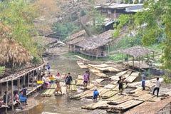 15 DE MARZO CHIANGMAI TAILANDIA: la gente tarda vacaciones de verano en la montaña y la cala, transportando en balsa goza el come Imagen de archivo