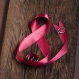 8 de marzo cinta rosada hermosa con el anillo imágenes de archivo libres de regalías