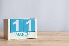 11 de marzo Día 11 del mes, calendario de madera del color en fondo de la tabla Día de primavera, espacio vacío para el texto Imagen de archivo
