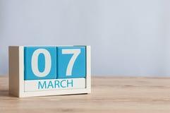 7 de marzo Día 7 del mes, calendario de madera del color en fondo de la tabla Día de primavera, espacio vacío para el texto Fotografía de archivo