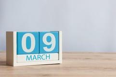 9 de marzo Día 9 del mes, calendario de madera del color en fondo de la tabla Día de primavera, espacio vacío para el texto Imagenes de archivo