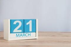 21 de marzo día 21 del mes, calendario de madera del color en fondo de la tabla Tiempo de primavera, espacio vacío para el texto Foto de archivo libre de regalías