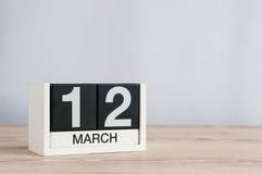 12 de marzo Día 12 del mes, calendario de madera en fondo ligero Día de primavera, espacio vacío para el texto Fotos de archivo libres de regalías