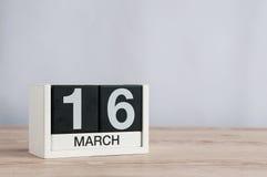 16 de marzo Día 16 del mes, calendario de madera en fondo ligero Día de primavera, espacio vacío para el texto Fotografía de archivo libre de regalías