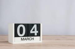 4 de marzo Día 4 del mes, calendario de madera en fondo ligero Tiempo de primavera, espacio vacío para el texto Imagen de archivo libre de regalías