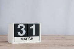 31 de marzo día 31 del mes, calendario de madera en fondo ligero Tiempo de primavera, espacio vacío para el texto Imagen de archivo libre de regalías