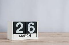 26 de marzo Día 26 del mes, calendario de madera en fondo ligero Tiempo de primavera, espacio vacío para el texto Imagen de archivo libre de regalías