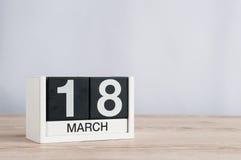 18 de marzo Día 18 del mes, calendario de madera en fondo ligero Tiempo de primavera, espacio vacío para el texto Imagen de archivo libre de regalías