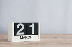 21 de marzo día 21 del mes, calendario de madera en fondo ligero Tiempo de primavera, espacio vacío para el texto Imágenes de archivo libres de regalías