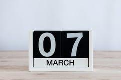 7 de marzo Día 7 del mes, calendario diario en fondo de madera de la tabla Día de primavera, espacio vacío para el texto Foto de archivo libre de regalías