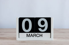 9 de marzo Día 9 del mes, calendario diario en fondo de madera de la tabla Día de primavera, espacio vacío para el texto Imagen de archivo