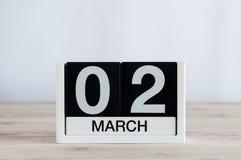 2 de marzo Día 2 del mes, calendario diario en fondo de madera de la tabla Tiempo de primavera, espacio vacío para el texto Fotografía de archivo libre de regalías