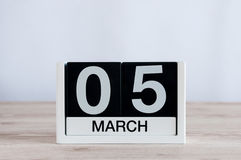 5 de marzo Día 5 del mes, calendario diario en fondo de madera de la tabla Tiempo de primavera, espacio vacío para el texto Fotografía de archivo libre de regalías