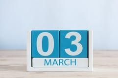 3 de marzo Día 3 del mes, calendario diario en fondo de madera de la tabla Tiempo de primavera, espacio vacío para el texto Foto de archivo libre de regalías