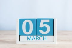5 de marzo Día 5 del mes, calendario diario en fondo de madera de la tabla Tiempo de primavera, espacio vacío para el texto Imagenes de archivo