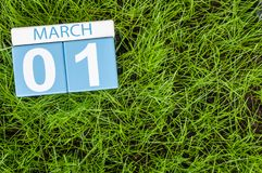1 de marzo día 1 del mes, calendario en fondo de la hierba verde del fútbol Tiempo de primavera, espacio vacío para el texto Imagen de archivo libre de regalías