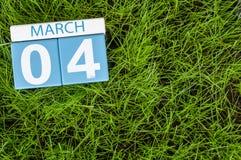 4 de marzo Día 4 del mes, calendario en fondo de la hierba verde del fútbol Tiempo de primavera, espacio vacío para el texto Fotos de archivo libres de regalías
