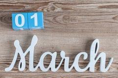 1 de marzo día 1 del mes de la marcha, calendario del color en fondo de madera Principio del tiempo de primavera Fotos de archivo libres de regalías