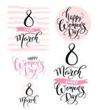 8 de marzo Día feliz del ` s de las mujeres Colección de palabras manuscritas hermosas y de elementos dibujados mano en color ros Imagenes de archivo