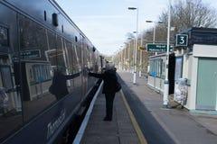 9 de marzo de 2017 - Brighton, Reino Unido Tren del embarque de la mujer que apenas arr Fotos de archivo