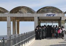 26 DE MARZO DE 2015 Judíos ortodoxos religiosos de Yang cerca de la pared occidental jerusalén Foto de archivo