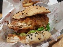 12 de marzo de 2017 Kuala Lumpur, mercado curruscante del pollo de 4 fingeres en NU Sentral Fotos de archivo libres de regalías