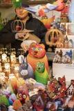 25 DE MARZO DE 2016: Las mercancías y las decoraciones típicas vendieron en los mercados tradicionales de Pascua en viejo cuadrad Imágenes de archivo libres de regalías