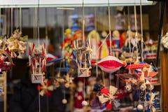 25 DE MARZO DE 2016: Las mercancías y las decoraciones típicas vendieron en los mercados tradicionales de Pascua en viejo cuadrad Fotografía de archivo libre de regalías