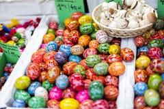 25 DE MARZO DE 2016: Los huevos decorativos de madera tradicionales vendieron en los mercados tradicionales de Pascua en viejo cu Fotografía de archivo libre de regalías