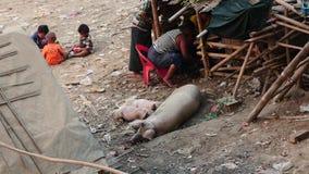 8 de marzo de 2016 Mandalay, Myanmar Pueblo en Myanmar cerca de Mandalay - vida pobre de la gente - visión superior almacen de video
