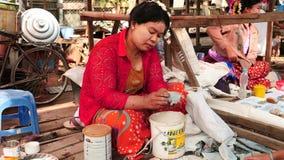 8 de marzo de 2016 Mandalay, Myanmar Pulimento de la mujer al pedazo de jade en el mercado de Mandalay en la opinión de Myanmar d almacen de video