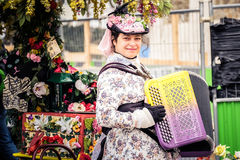 15 de marzo de 2015: Mujer Ahora juegue la música para los que pasen la audiencia Imágenes de archivo libres de regalías