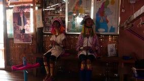 5 de marzo de 2016 Nyaungshwe, Myanmar Mujeres de la tribu de Paduang secuencia de 2 vídeos metrajes
