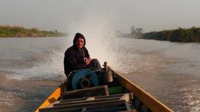 5 de marzo de 2016 Nyaungshwe, Myanmar Navegador del pequeño barco de pasajero en el lago Inle - opinión del interior almacen de video
