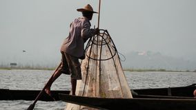 5 de marzo de 2016 Nyaungshwe, Myanmar Técnica única del pescador en el lago Inle de Myanmar 2 - secuencia de pocos vídeos del ba metrajes
