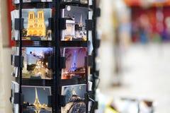1 DE MARZO DE 2015 - PARÍS: Postales en la tienda de souvenirs Imagen de archivo libre de regalías