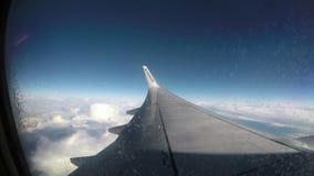 4 de marzo de 2017 - Ryanair Boeing 737-800 está volando sobre las nubes en cielo azul claro Visión desde adentro con el ala almacen de metraje de vídeo