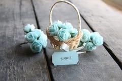 8 de marzo etiqueta Aún vida rústica, rosas Imagen de archivo libre de regalías