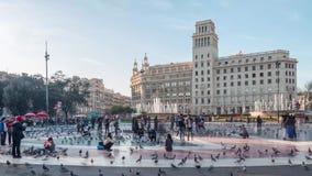 9 DE MARZO DE 2017 Gente en el cuadrado de Cataluña en Barcelona El tiempo traslapa el vídeo almacen de video