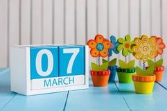 7 de marzo Imagen del calendario de madera del color del 7 de marzo con la flor en el fondo blanco Primer día de primavera, espac Imagen de archivo libre de regalías