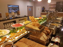 5 de marzo Kuala Lumpir El desayuno de la comida fría puesto en Ibis diseña el hotel Imagen de archivo libre de regalías