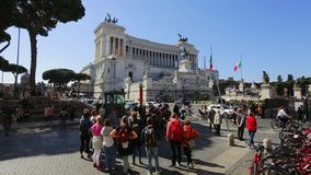 21 de marzo 2019: Monumento de Italia Roma Vittorio Emanuele II, turistas en excursiones a la ciudad en primavera almacen de video