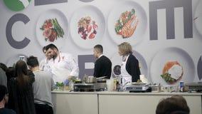 21 de marzo de 2018, Moscú, RUSIA: EXPO del METRO el festival internacional del arte de la cocina muchos profesionales de los coc almacen de metraje de vídeo