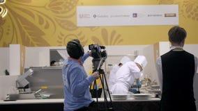 21 de marzo de 2018, Moscú, RUSIA: EXPO del METRO el festival internacional del arte de la cocina muchos profesionales de los coc almacen de video