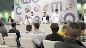 21 de marzo de 2018, Moscú, RUSIA: EXPO del METRO el festival internacional del arte de la cocina muchos profesionales de los coc metrajes